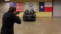 AК-47 срещу Mercedes-Benz GL (видео)