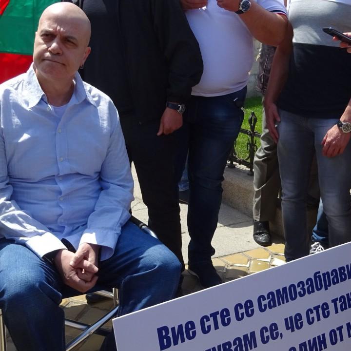 По-рано тази година Слави Трифонов излезе на протест пред парламента