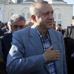 Турският президент Ердоган припадна в джамия<br /> 1 снимки